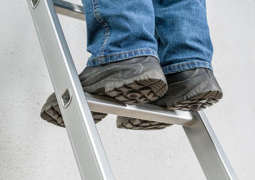 homem de pé na escada