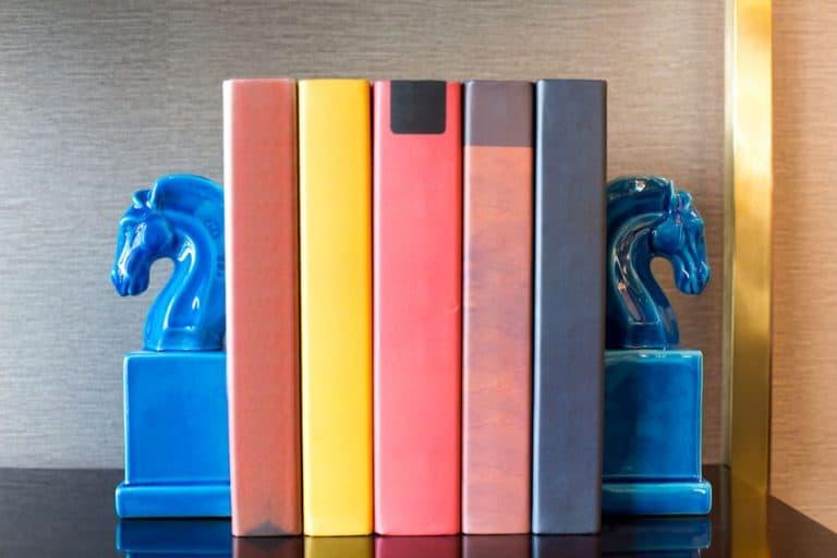 Imagem de livros coloridos com aparador de cavalos.