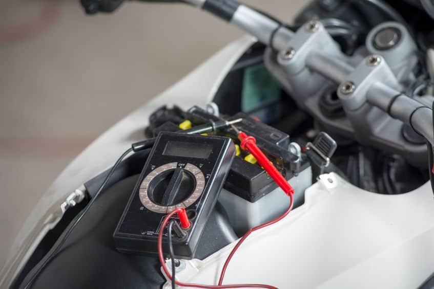 Imagem de amperímetro sobre moto.