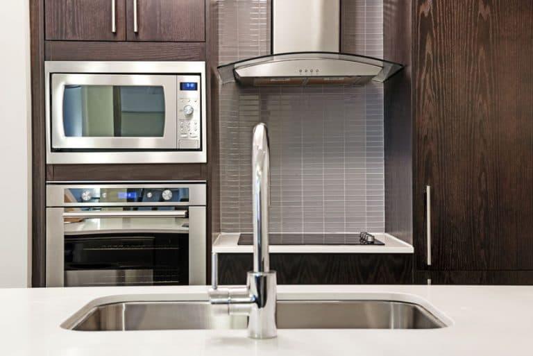 Cozinha com forno e micro-ondas.