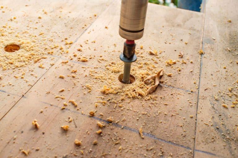 Furando madeira.