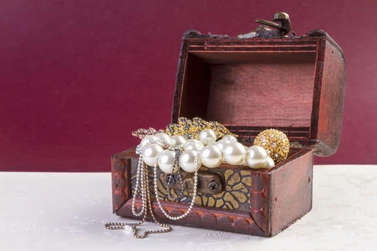 Imagem de joias em porta-joias.