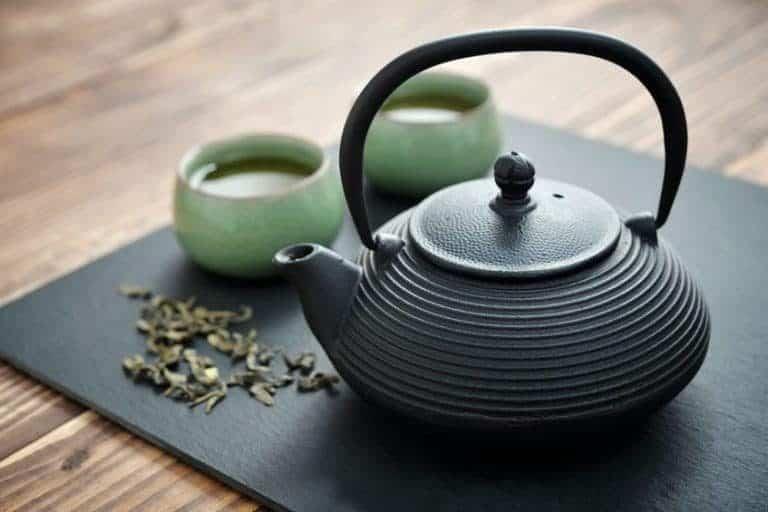 Imagem de bule e xícaras de chá.