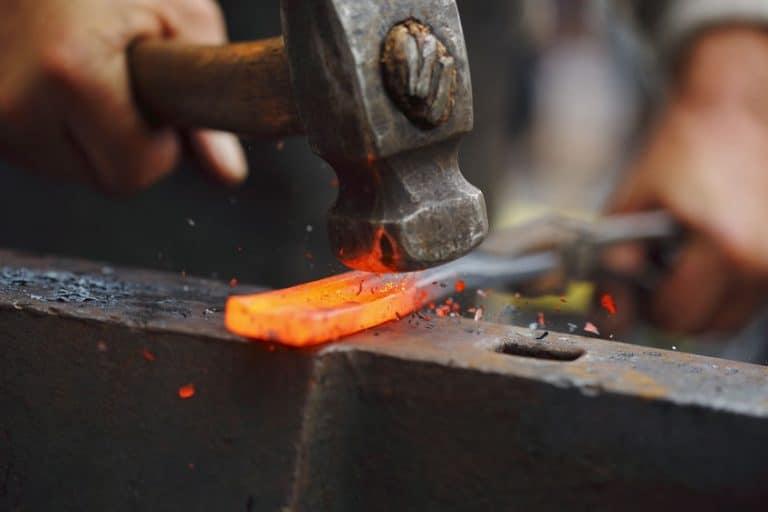 Trabalho de forja usando um martelo bola