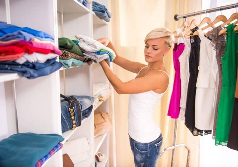 Imagem de mulher arrumando guarda-roupas.
