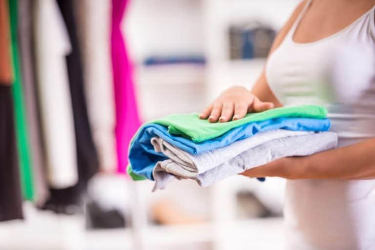 Organizando roupas.