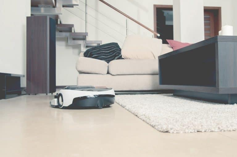 Robo aspirador em sala de estar.